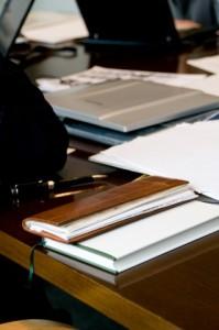 建設業許可申請書は数十枚にも及び、かつ膨大な資料が必要です。建設業許可専門行政書士の長島にお任せください!